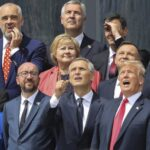 Los líderes políticos posan parauna foto de familia durante la ceremonia de apertura de la cumbre de la OTAN