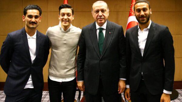 Recep Tayyip Erdogan con Ilkay Gundogan, del Manchester City; Mesut Özil, del Arsenal, y Cenk Tosun, del Everton, en el acto de la polémica