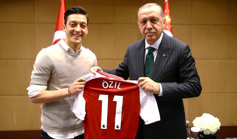 La foto de Özil y Ergogan, tomada el 13 de abril en Londres, que ha generado la polémica y, a la postre. que el jugador deje la selección alemana
