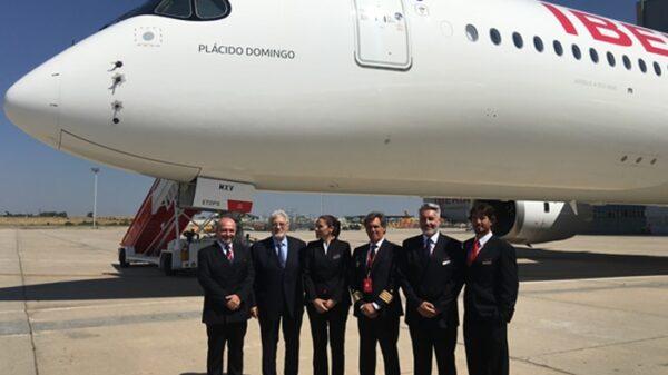 Plácido Domingo junto a la tripulación del primer A350