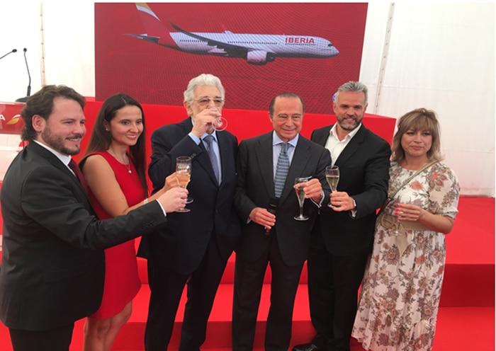 Plácido Domingo con los cantantes Israel Lozano, Enrique Ferrer, Darcy Monsalve y Raquel Soto y con el presidente de IAG, también tenor