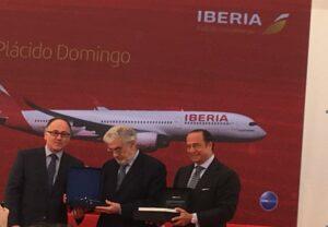 El presidente de Iberia, Luis Gallego, Plácido Domingo y el presidente de IAG, Antonio Vázquez