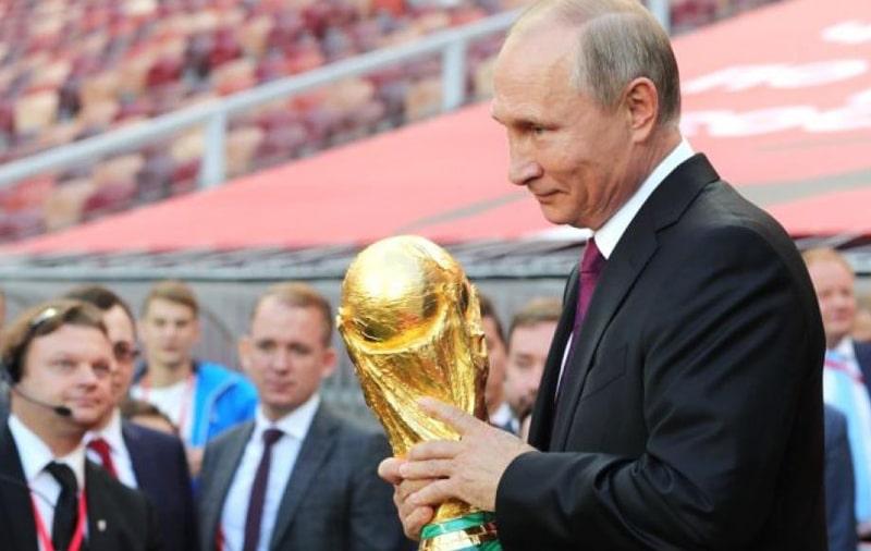 Vladimir Putin con el trofeo del Mundial