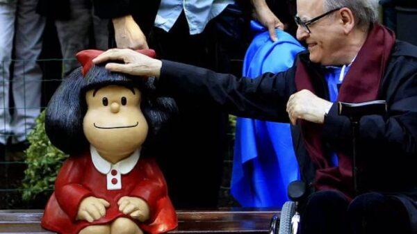 Quino junto a una figura de Mafalda