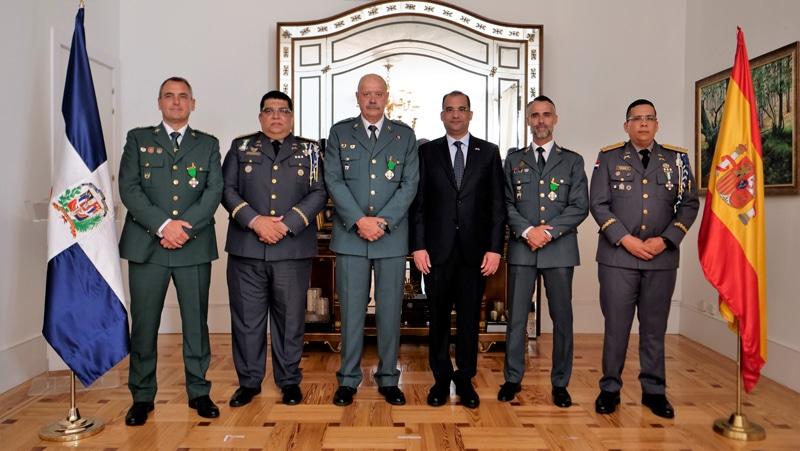 Los tres oficiales de la Guardia Civil reconocidos, junto al embajador dominicano en España, Olivo Rodríguez