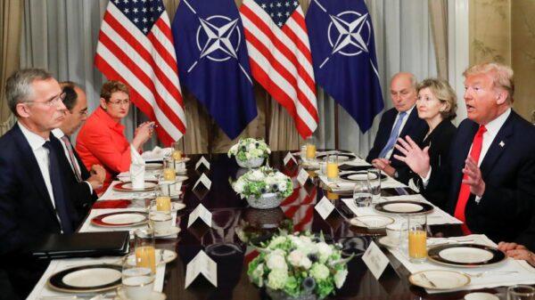 Donald Trump y el secretario general de la OTAN durante un desayuno bilateral en Bruselas