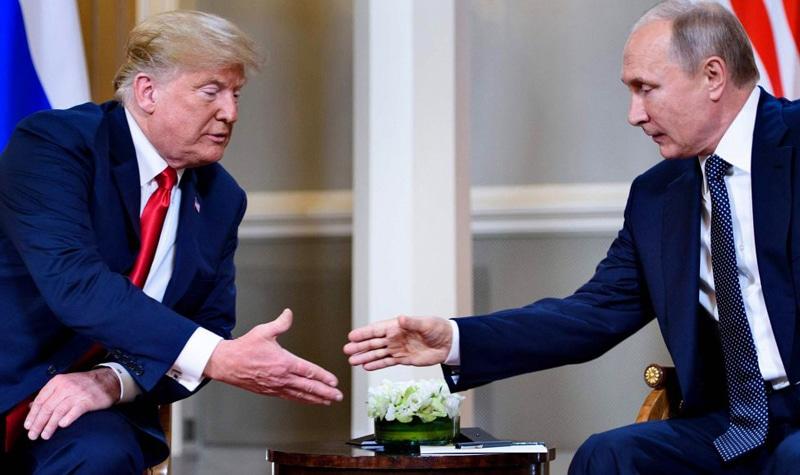 Donald Trump y Vladimir Putin se estrechan la mano antes de su reunión