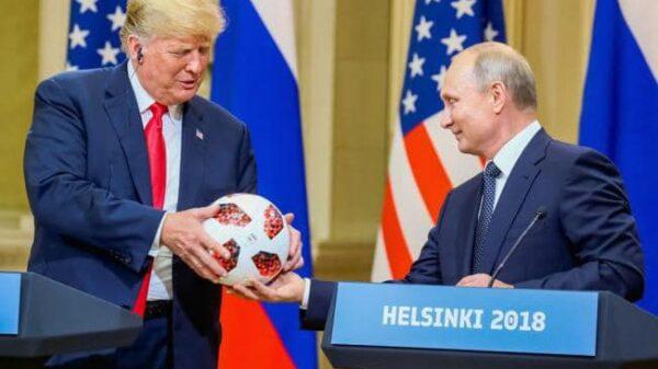Putin le entrega a Trump el balón del Mundial de Rusia