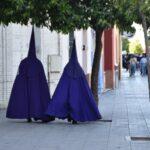 Nazarenos en una calle de Sevilla