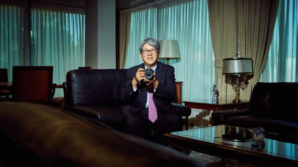 El embajador de Japón en España, Masashi Mizukami, con su cámara