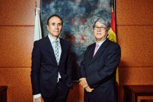 El embajador de Japón en España, Masashi Mizukami, con Manuel Romero, director de Voz Libre