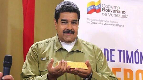 Nicolás Maduro con un lingote de oro