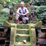 Un turista danés sentado en un santuario del templo Pura Luhur Batukaru