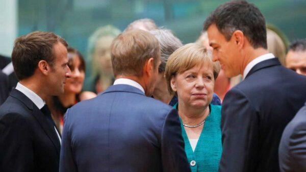 El presidente español, Pedro Sánchez, conversa con el presidente del Consejo Europeo, Donald Tusk, en presencia de la canciller alamena, Angela Merkel, y del presidente francés, Enmanuel Macron