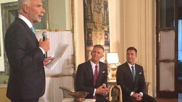 El embajador italiano en España, Stefano Sannino, con los novios, Juan Martín Boll y Nano García