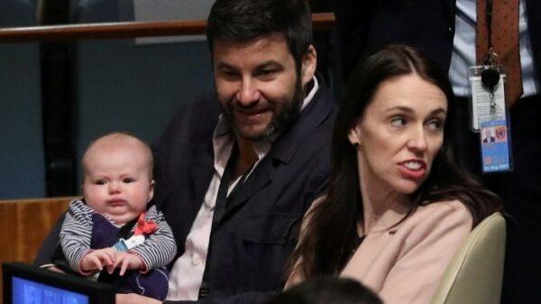 Jacinda Ardern y su pareja con su hija en la Asamblea General de la ONU