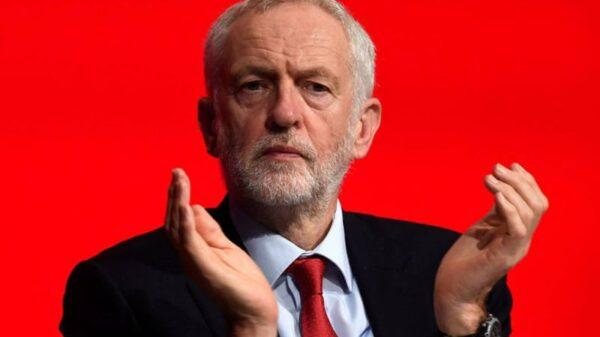 El líder del Partido Laborista, Jeremy Corbyn, aplaude durante la Conferencia Anual del Partido Laborista en Liverpool