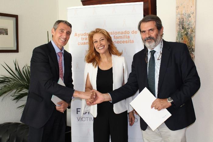 De izquierda a derecha, Álvaro de la Parra, Teresa Viejo (embajadora de la Fundación A de Tráfico) y Gutiérrez Alonso tras firmar el convenio