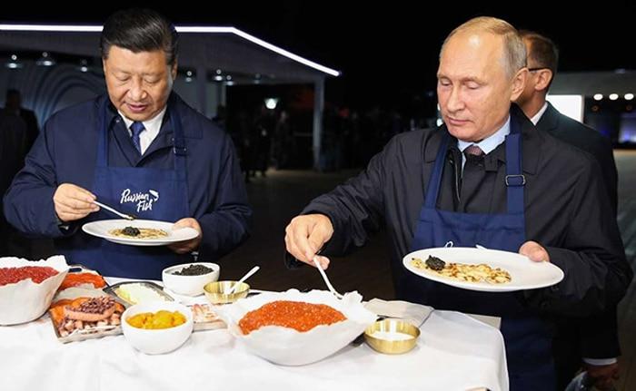 Xi Jinping y Vladimir Putin cocinando blinis rusos