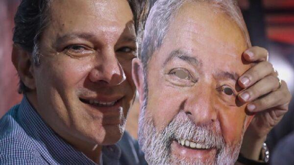 Fernando Haddad con una careta de Lula da Silva