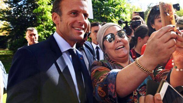 El presidente francés, Emmanuel Macron, posa con ciudadanos en los jardines del Elíseo