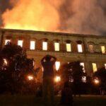 El Museo Nacional de Brasil durante su incendio