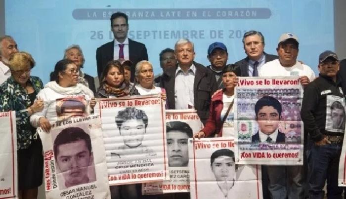 López Obrador con familiares de los estudiantes de Igualada desaparecidos