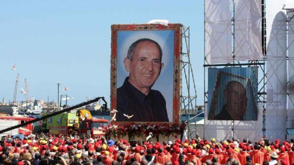 Un retrato de Pino Puglisi ante sus seguidores