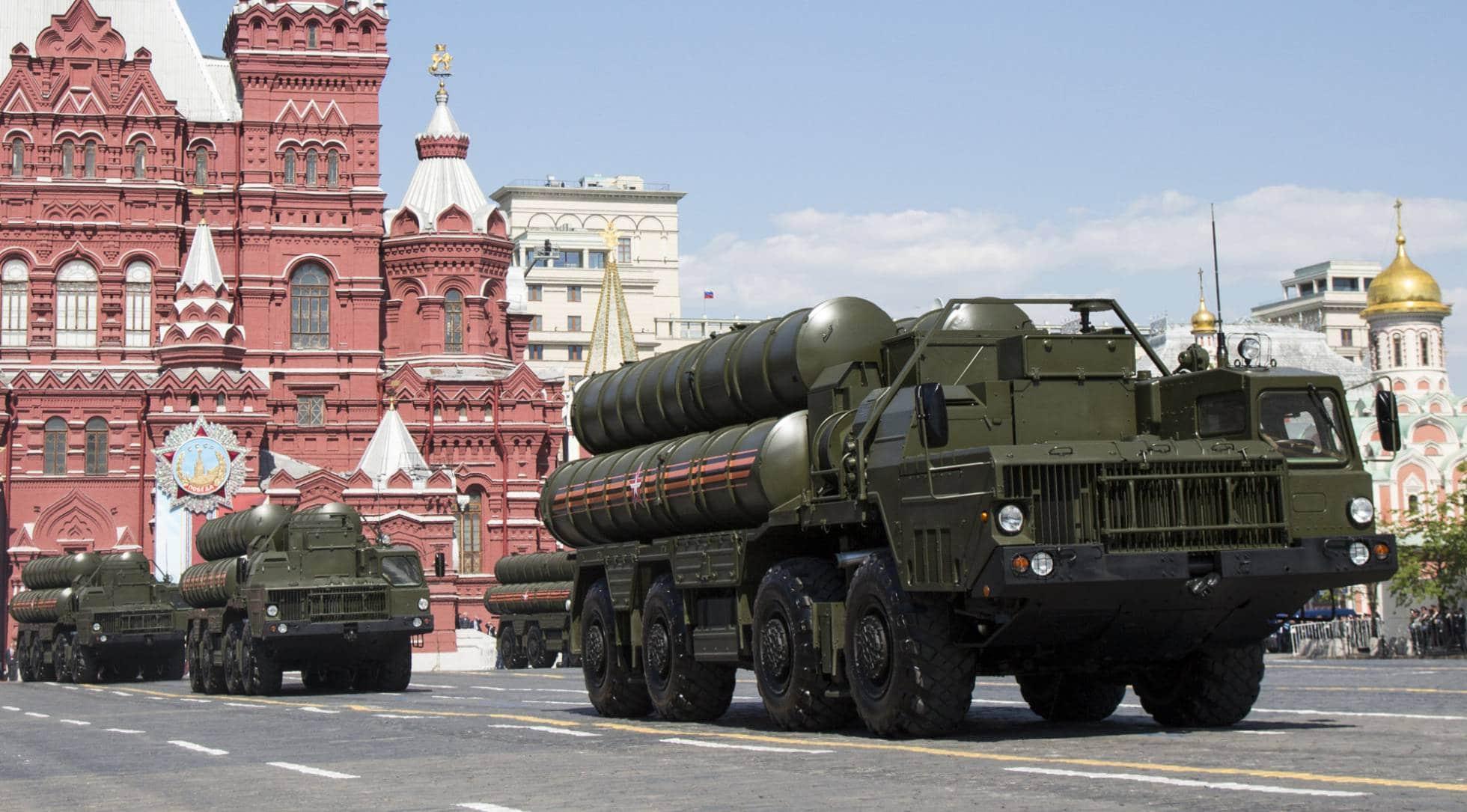 Varios camiones militares transportan misiles antiaéreos S-300, durante un desfile en Moscú