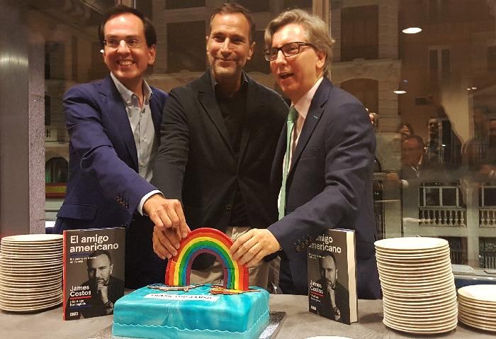 James Costos (centro) junto a Manuel Ródenas (derecha) y su marido, Javier Gómez (izquierda)