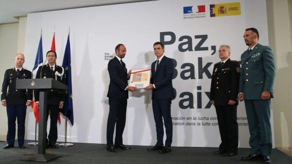 El presidente del Gobierno, Pedro Sánchez, realiza la entrega simbólica del Sello Judicial al primer ministro de la República francesa, Édouard Philippe