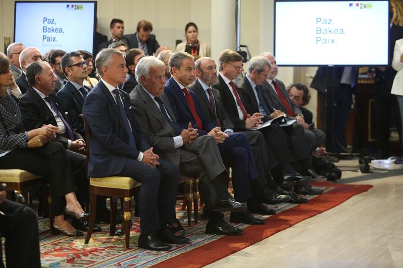 El lehendakari vasco, Iñigo Urkullu, los expresidentes del Gobierno Felipe González y José Luis Rodríguez Zapatero y el exministro del Interior Alfredo Pérez Rubalcaba