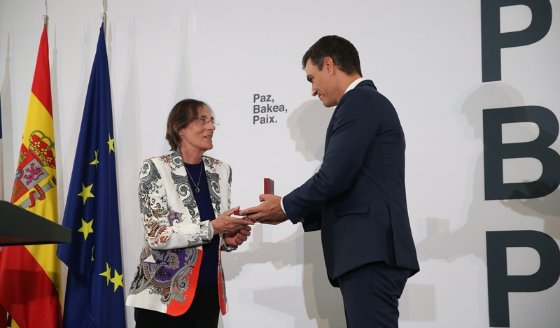 Pedro Sánchez impone la Encomienda de la Orden de Isabel la Católica a la magistrada francesa Laurence Le Vert