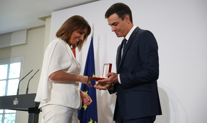 Pedro Sánchez impone la Encomienda de la Orden de Isabel la Católica a la magistrada francesa Hèléne Davo