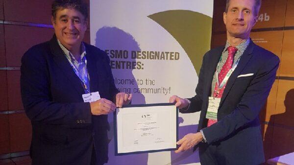 Los doctores Dominé (izquierda) y García-Foncillas (derecha) con el certificado a OncoHealth