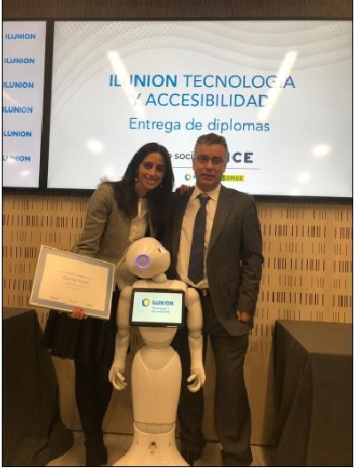 Marta del Olmo y Ángel Blanco con el diploma acreditativo del compromiso de la accesibilidad