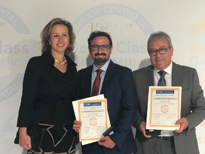 La Dra. Marta Sánchez Menan, directora médico del HUIE, acompañó a los doctores Suárez y Rodríguez en la entrega de premios