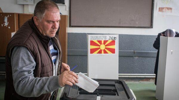 Un hombre votando en el referéndum celebrado este domingo en Macedonia