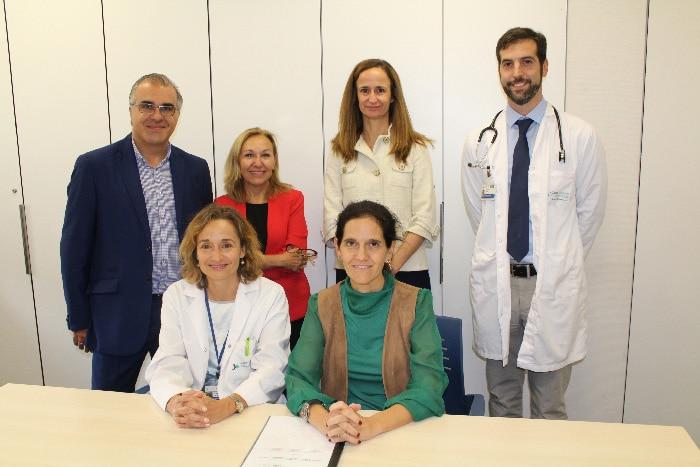 De izquierda a derecha, arriba, Montero, la Dra. Ayuso, Zancada y el Dr. Moreno; abajo, la Dra. Leal y Sánchez tras la firma del convenio