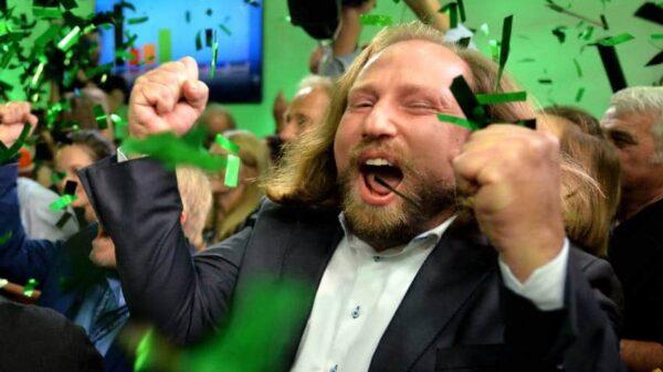 Anton Hofreiter, líder parlamentario de Los Verdes, muestra su alegría al conocer los primeros resultados de las elecciones regionales de Baviera (Alemania)