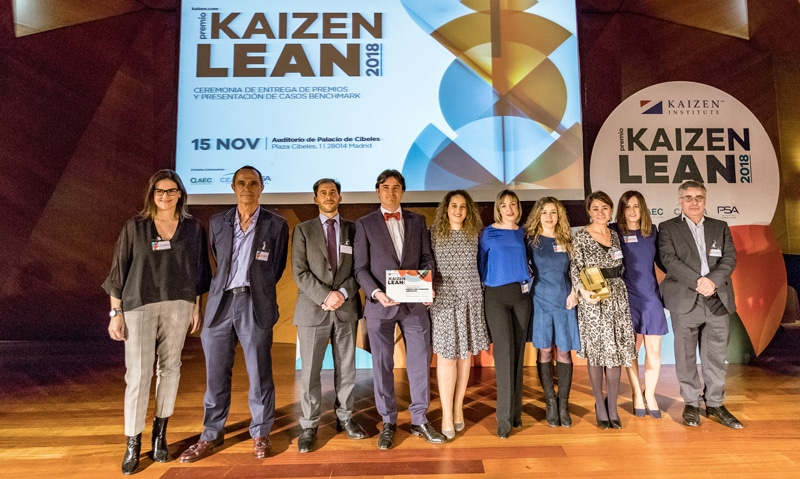 El Dr. Villar con el premio y el resto del equipo implicado en el el proyecto ganador, Neumolean