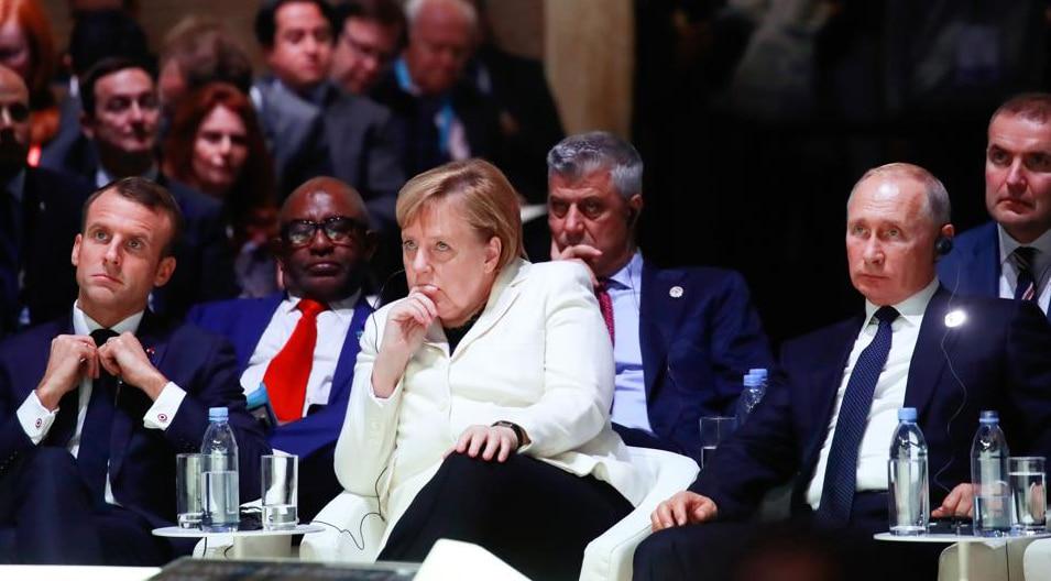 Emmanuel Macron, Angela Merkel y Vladímir Putin, en la apertura del Foro de la Paz