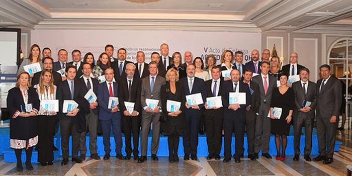 Foto de grupo con los representantes de todas las instituciones acreditadas