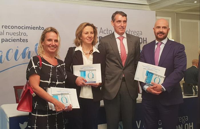 Álvaro de la Parra y la Dra. Sánchez Menan, en el centro, junto a Barba y Rodríguez, con sus respectivas acreditaciones QH