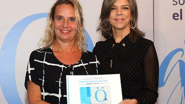 Raquel Barba, gerente del HURJ, recibe el sello QH+2 estrellas