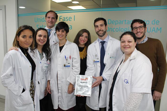 El doctor Moreno sujeta la placa del reconocimiento recibido junto a parte de su equipo y a los miembros de Syneos