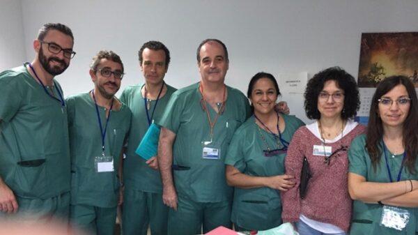 El Dr. Pardo (centro) y la Dra. Rivas (2ª por la derecha), junto a otros ponentes y participantes del curso
