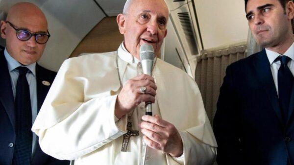 El Papa Francisco se dirige a los periodistas que viajan con él, en el avión destino a Panamá