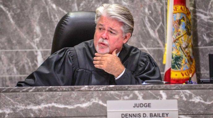 El juez Dennis Bailey
