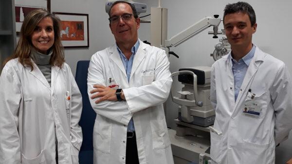 De izquierda a derecha, la doctora García y los doctores Jiménez-Alfaro y Alejandre